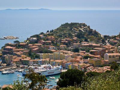Zona di Giglio Porto, con zona di sbarco traghetti