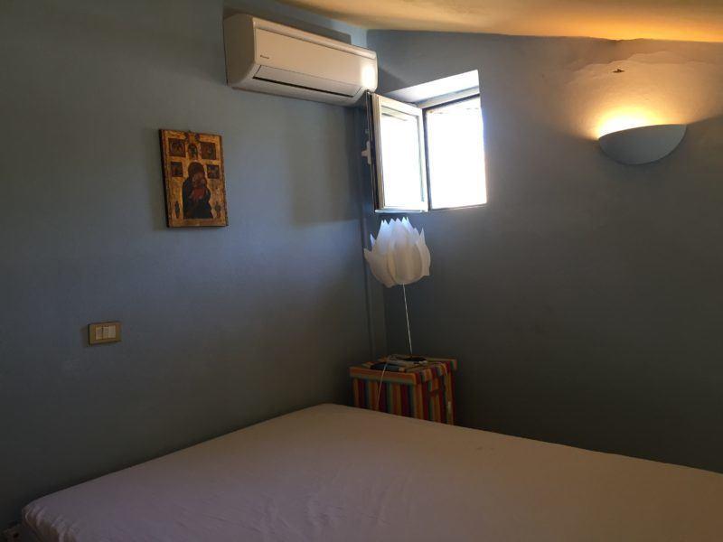 Camera da letto con finestrella e condizionatore in appartamento in vendita a Giglio Castello di recente ristrutturazione