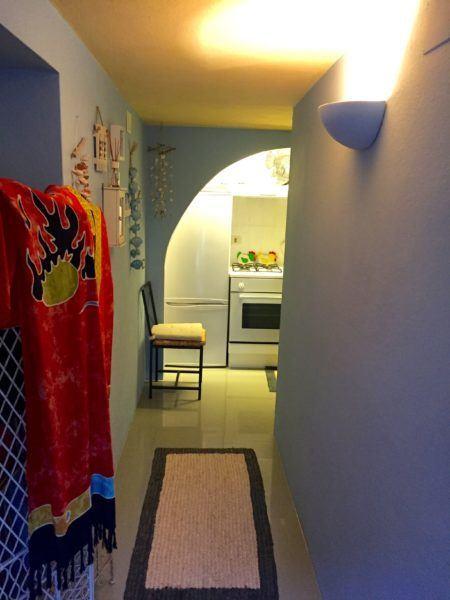 Corridoio che da sulla cucina all'interno di un appartamento in vendita a Giglio Castello di recente ristrutturazione