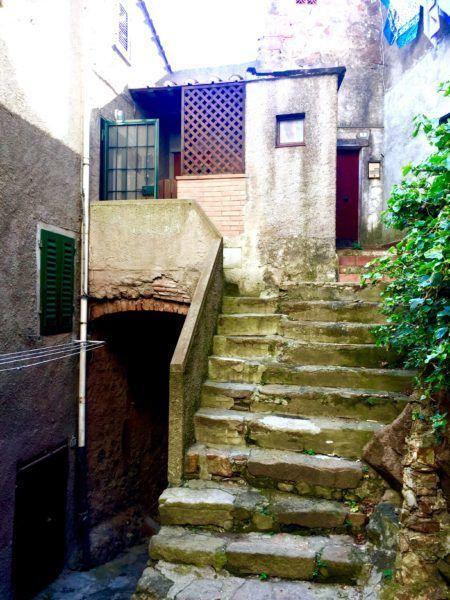 Vista esterna con scale di accesso ad un appartamento in vendita a Giglio Castello di recente ristrutturazione