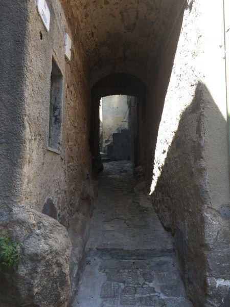 Stradina esterna e stretta situata nei pressi di un appartamento in vendita a Giglio Castello di recente ristrutturazione