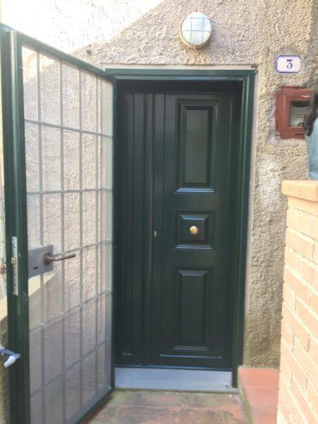 Porta di ingresso di color verde smeraldo. Accesso ad appartamento in vendita a Giglio Castello di recente ristrutturazione ad