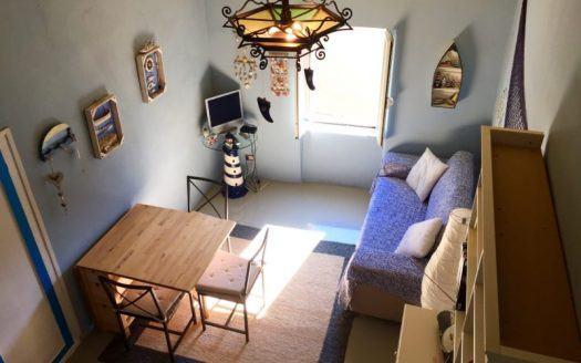Vista area soggiorno da soppalco costruito su un appartamento in vendita a Giglio Castello di recente ristrutturazione