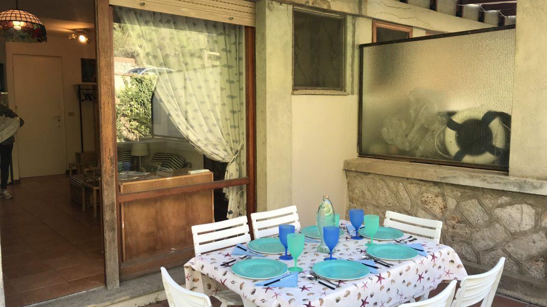 Terrazzo con tavolino apparecchiato presente all'appartamento Serena in Vendita a Cannelle Isola del Giglio