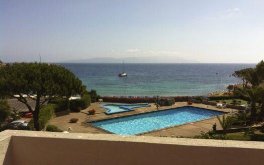 Vista esterna su piscina dal terrazzo dell'appartamento Serena in Vendita a Cannelle Isola del Giglio