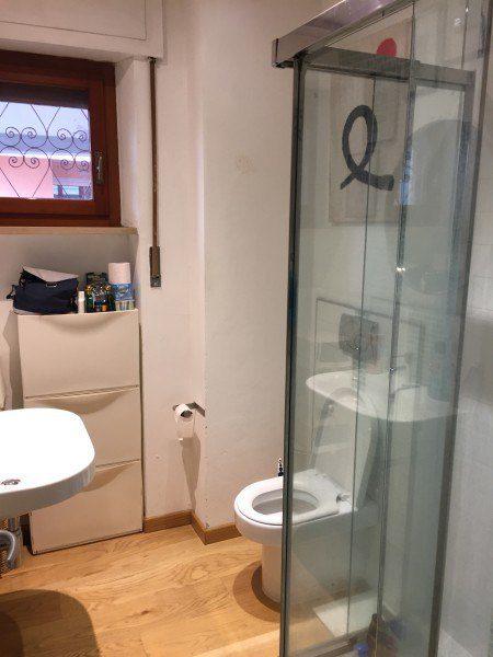 Porzione del bagno con doccia. Appartamento bifamiliare in vendita a Grosseto, Via Sardegna.
