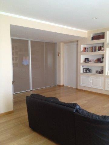 Zona soggiorno con divisorio a vetri presso attico in vendita a Grosseto, zona Stadio Carlo Zecchini