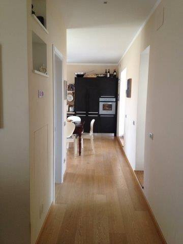 Corridoio e vista su tavolo da cucina e mobile da cucina presso attico in vendita a Grosseto, zona Stadio Carlo Zecchini