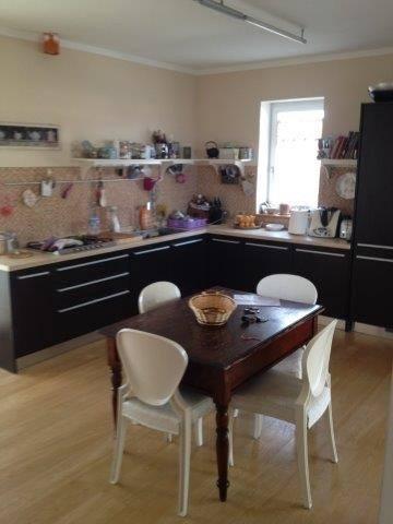 Sala da cucina con tavolino e sedie presso attico in vendita a Grosseto, zona Stadio Carlo Zecchini