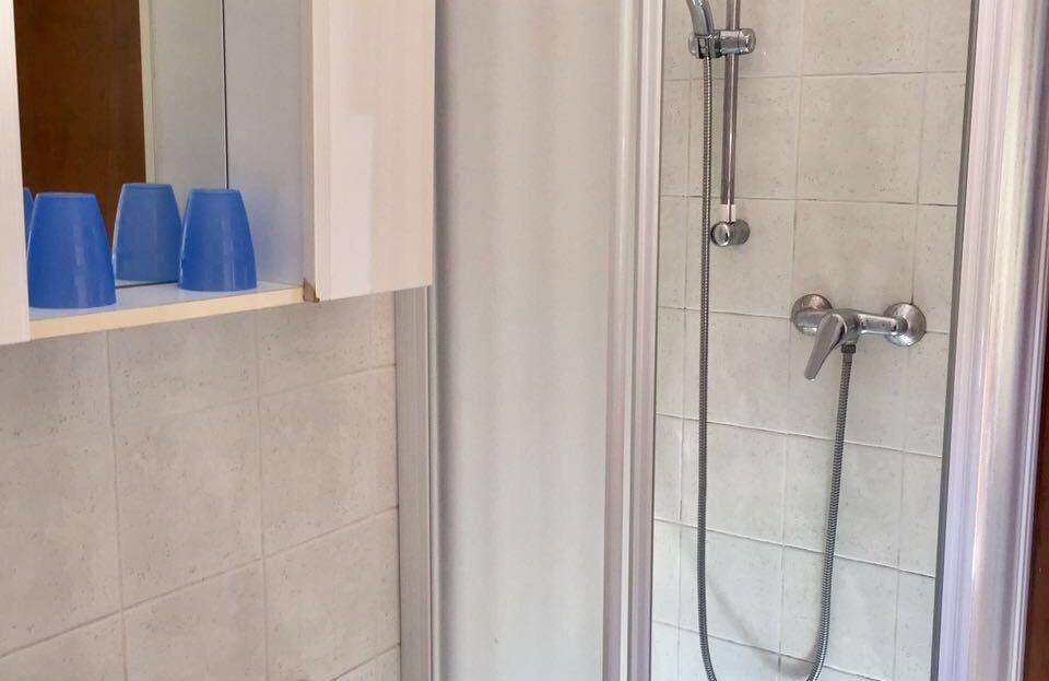 box doccia con lavandino a fianco