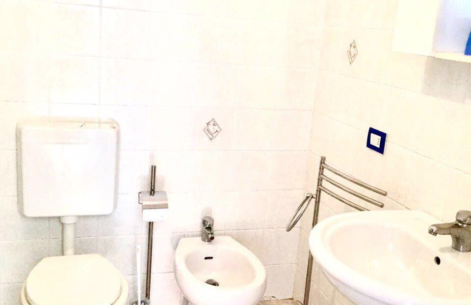 bagno completo di wc, lavandino, lavabo e porta asciugamani
