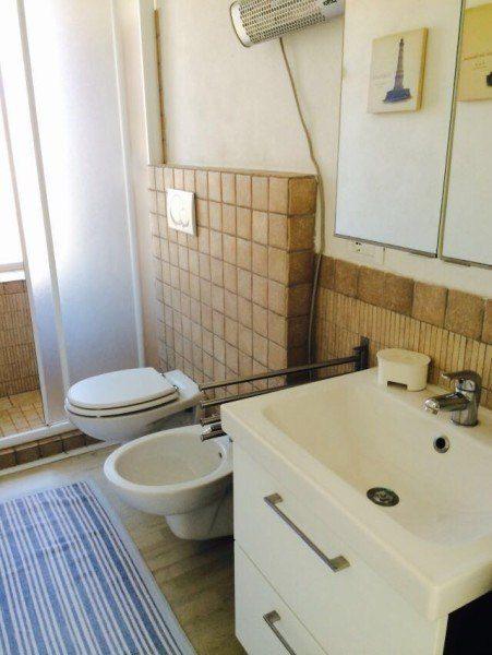 Bagno con lavandino, lavello e wc nel bilocale Giorgio in affitto a Giglio Porto