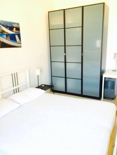 Camera con letto matrimoniale e armadio situato nel bilocale Giorgio in affitto a Giglio Porto