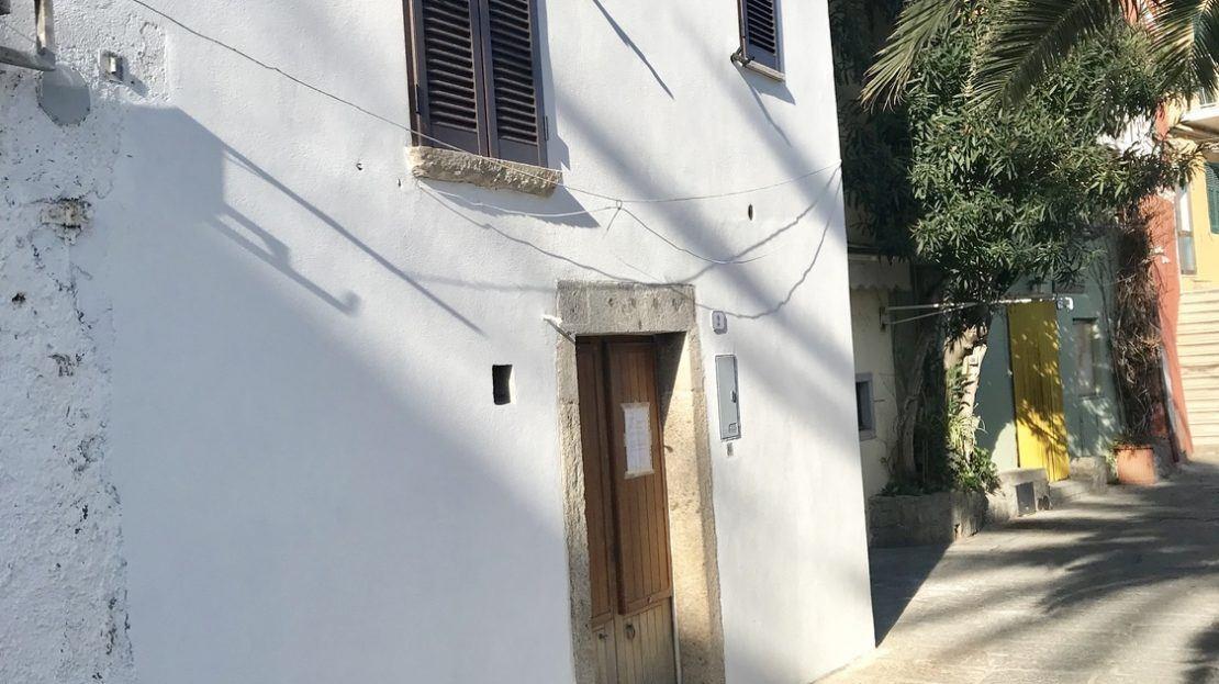 Esterno e porta di ingresso del
