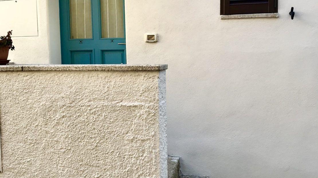 Scaletta d'ingresso e porta azzurra del bilocale Iris in Affitto a Giglio Porto