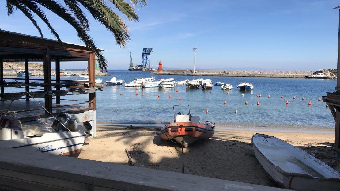Spiaggetta con vista del porto, esterna al bilocale Iris in Affitto a Giglio Porto