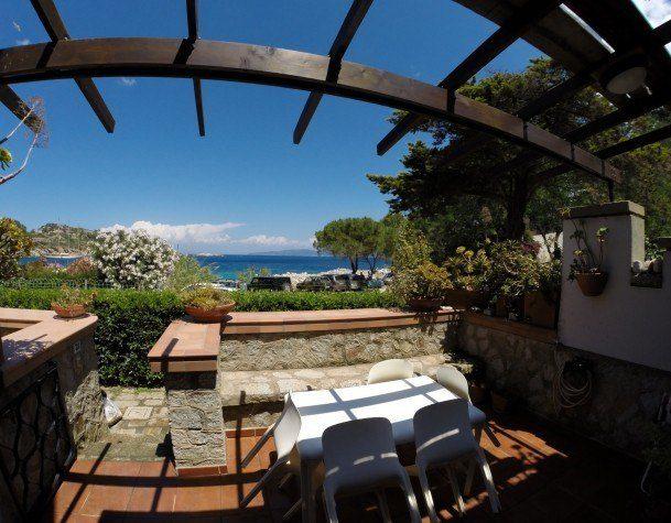Terrazzo del Bilocale July Cannelle. Appartamento in vendita o affitto a Cannelle Isola del Giglio