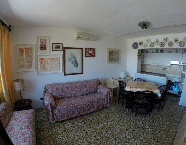 Sala + cucina del Bilocale July Cannelle. Appartamento in vendita o affitto a Cannelle Isola del Giglio