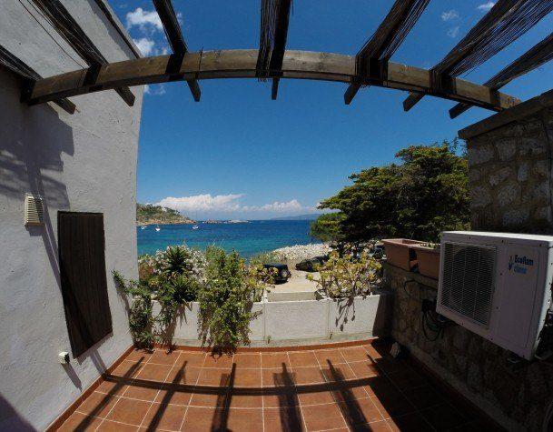 Terrazzo con vista panoramica del Bilocale July Cannelle. Appartamento in vendita o affitto a Cannelle Isola del Giglio