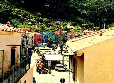 Vista da un bilocale dell'Isola del Giglio con case colorate di Giglio Porto sullo sfondo