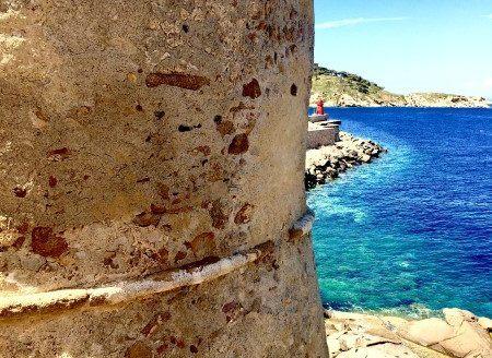 Scorcio della Torre del Saraceno e vista di parte del porto di Isola del Giglio