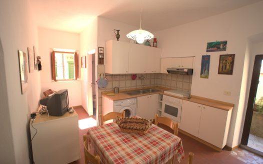 cucina arredata con tavolino più 4 sedie in legno