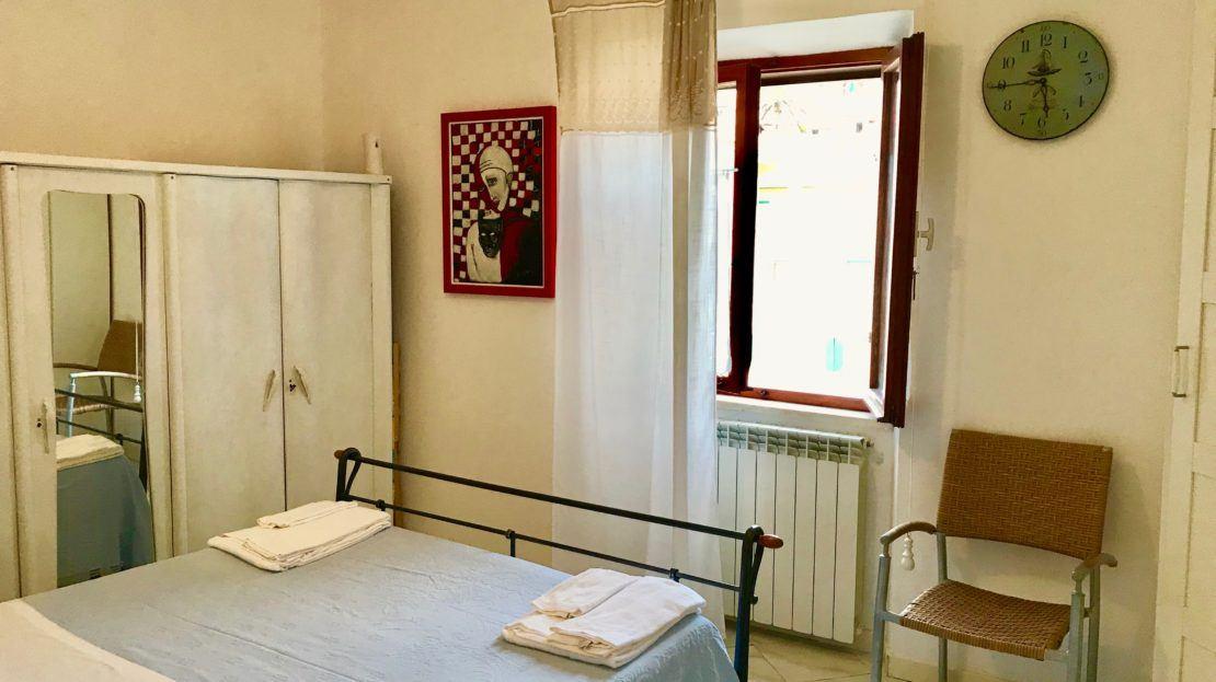 Camera da letto presente in trilocale Saraceno 2 in affitto a Giglio Porto