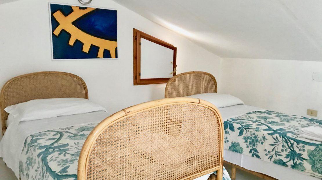 Foto dei 2 letti singoli presenti in trilocale Saraceno 2 in affitto a Giglio Porto