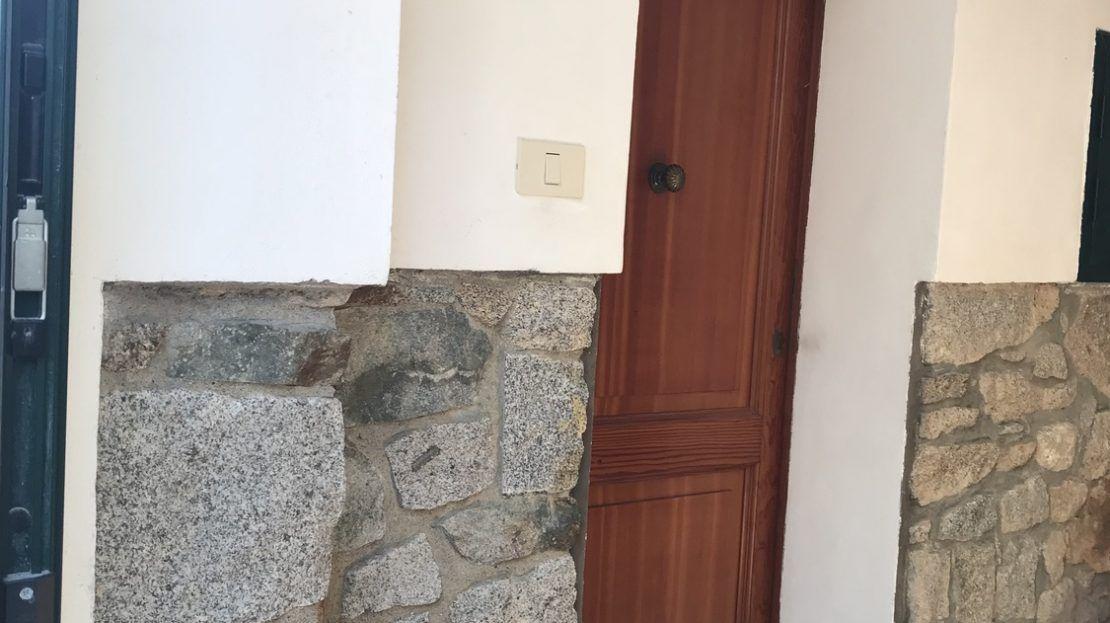 porticina di ingresso di monolocale di color marrone