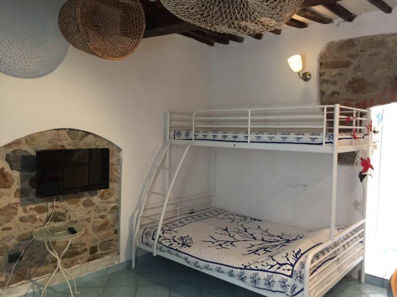 Letti a castello e piccola TV, foto scattata in appartamento monolocale in affitto a Giglio Porto