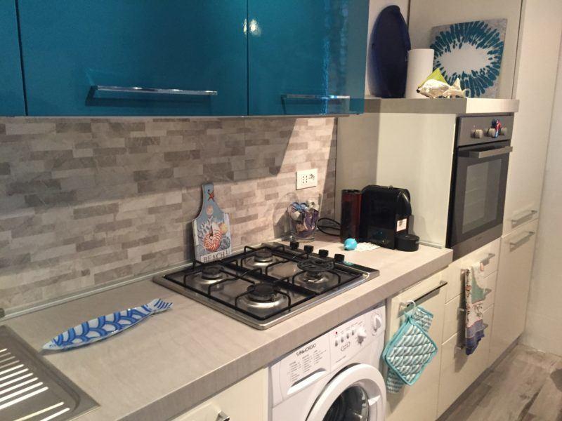 Angolo cucina con lavatrice incassata in appartamento monolocale in affitto a Giglio Porto