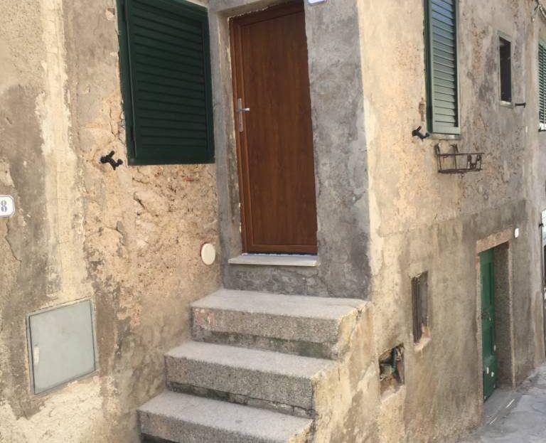 Ingresso con 4 scalini posto in appartamento monolocale in affitto a Giglio Porto