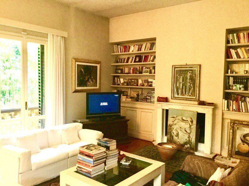 Parte del salotto di villa in vendita a Firenze situata in zona Viale Machiavell