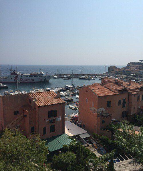 area sbarco traghetti e porto di Isola del Giglio, visto dall'Appartamento Gabriella