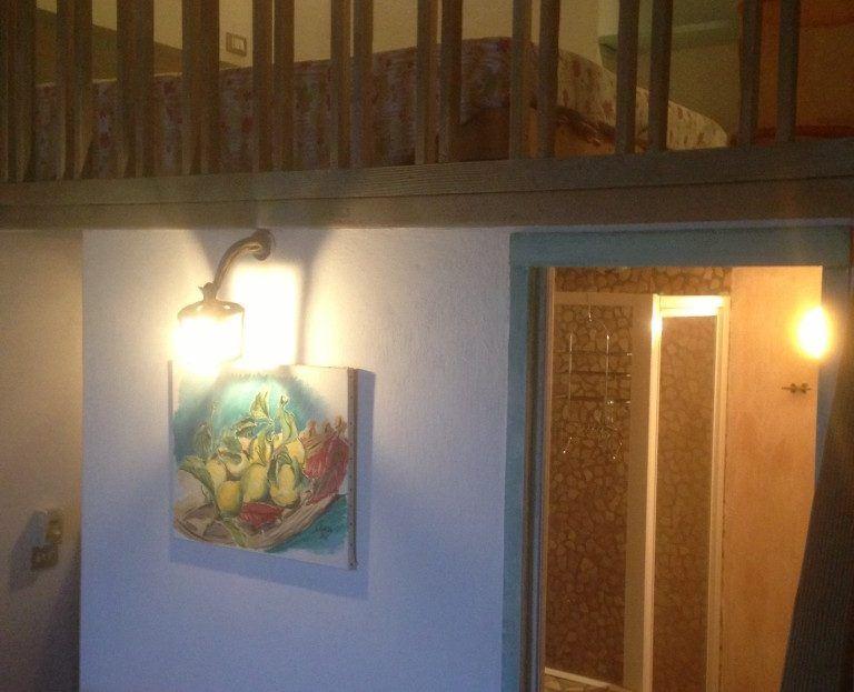 Vista bagno e soppalco presente nel Monolocale Remo in affitto a Giglio Porto