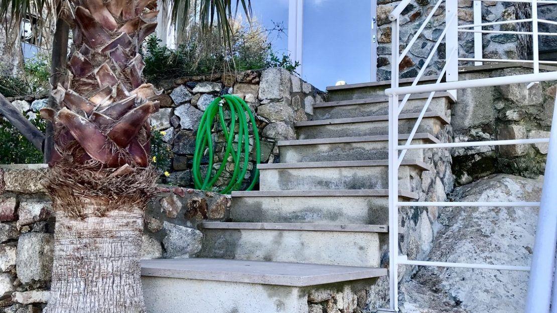Scalette di ingresso di colore grigio al Trilocale Paola al Porto ad Isola del Giglio