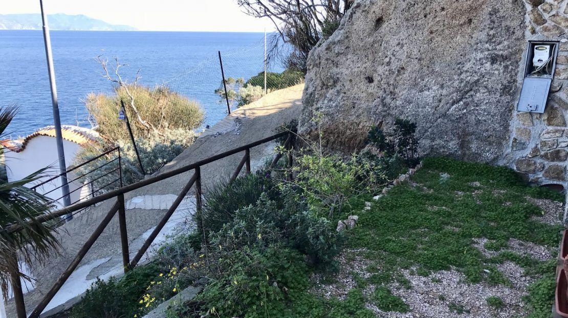 area esterna di trilocale Paola al Porto presso Isola del Giglio