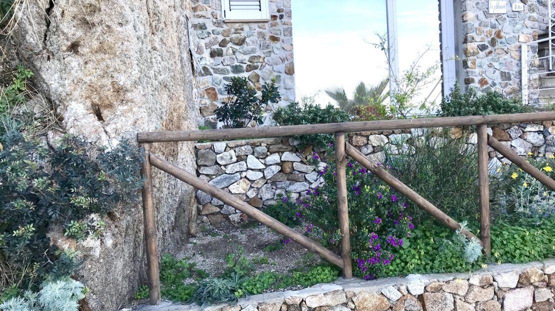 Muretto con piccolo recinto in legno e finestra