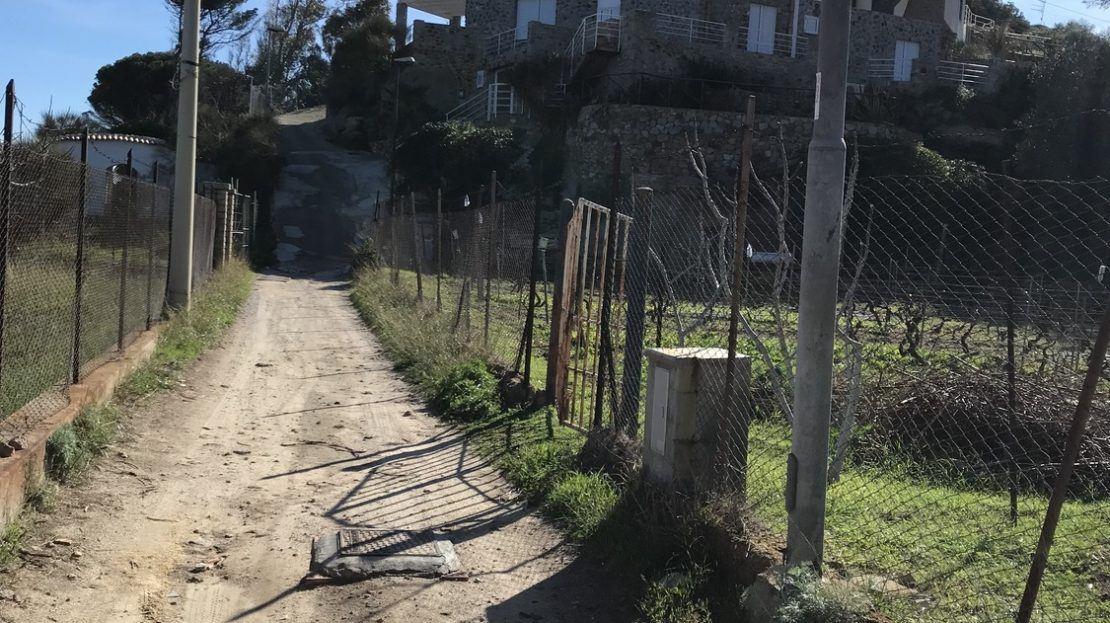Stradina sterrata che porta fino al trilocale Paola al Porto in affitto ad Isola del Giglio