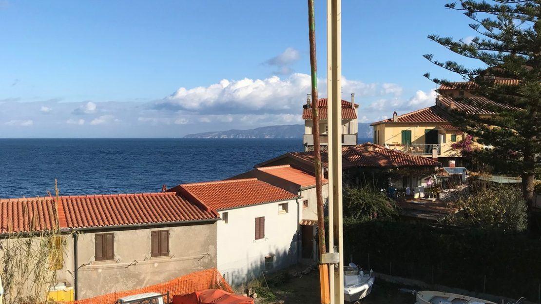 Vista esterna da terrazzo posta su trilocale in vendita a Giglio Porto