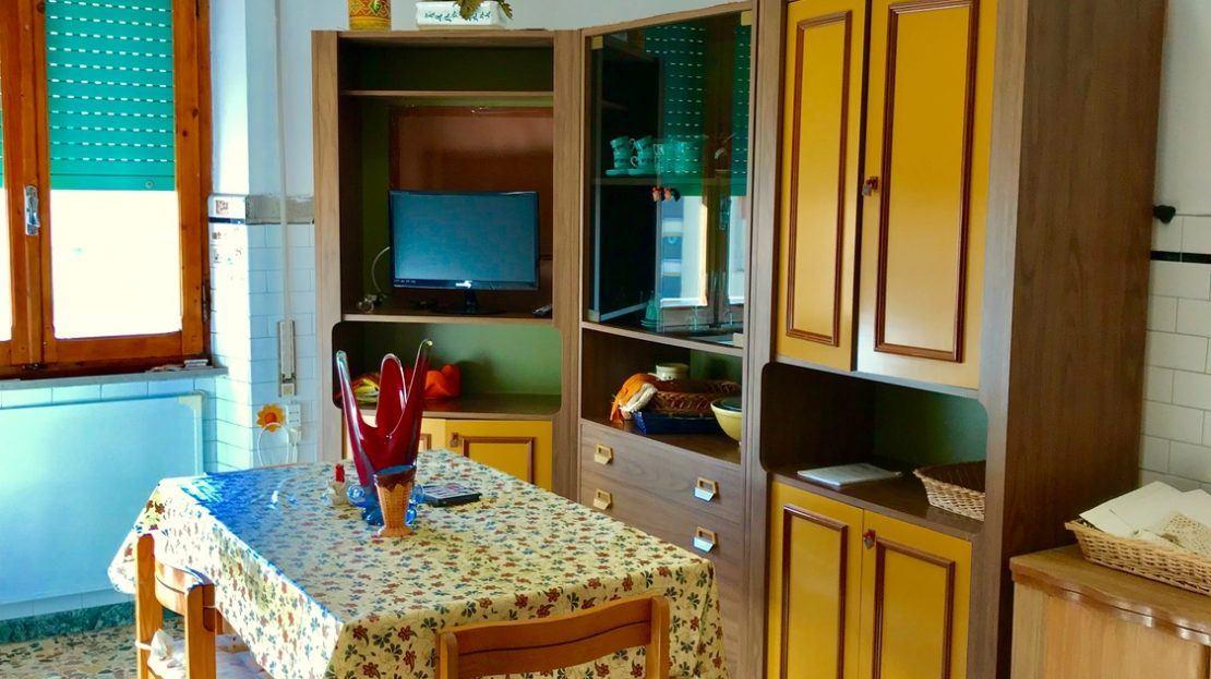 Zona cucina con tavolo e mobili, presso trilocale in vendita a Giglio Porto