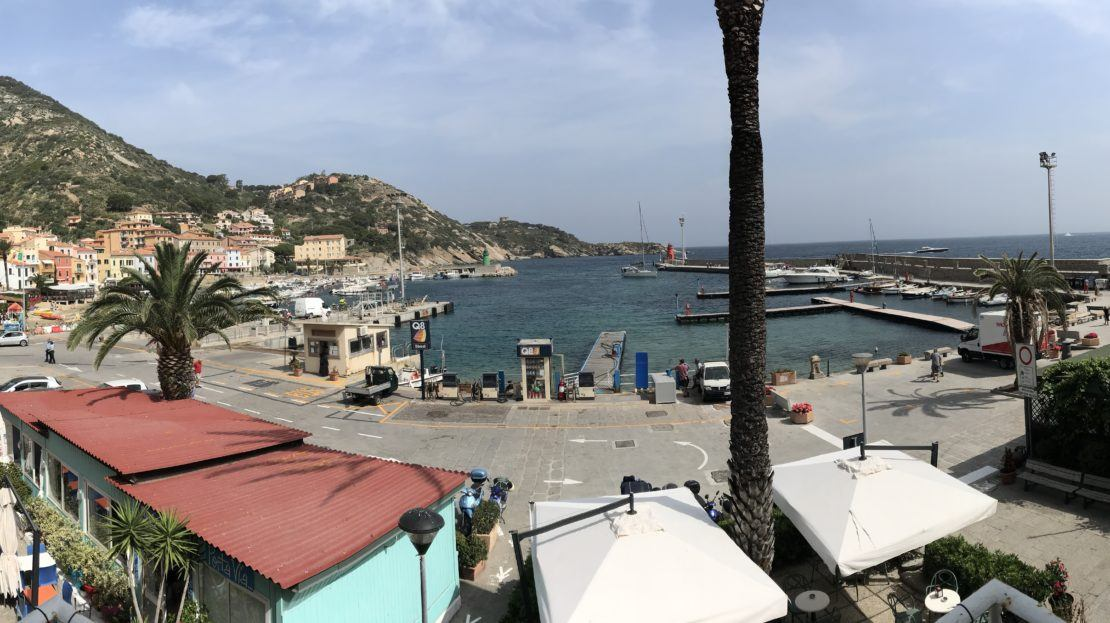 Panoramica del porto di Isola del Giglio dal terrazzo del bilocale Silvia in affitto a Giglio Porto