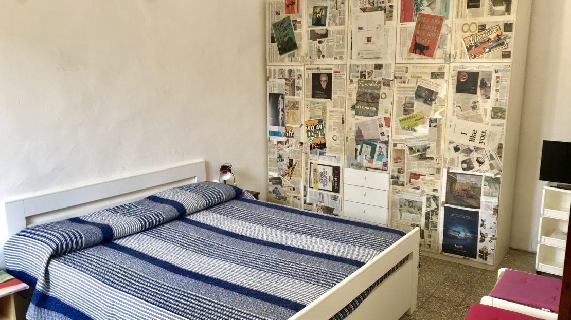Camera dal letto arredata all'interno del bilocale Silvia in affitto a Giglio Porto