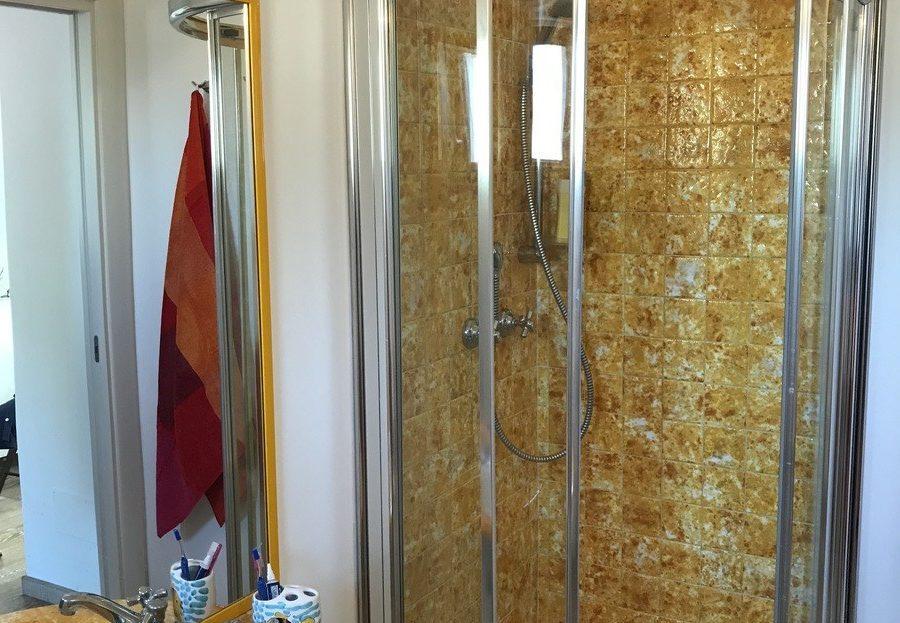 Lavello e box doccia presso il Trilocale Giulia in affitto a Giglio Porto