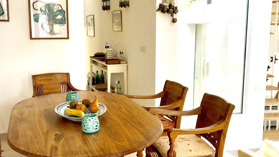 Tavolo da cucina e sedie in legno presso Villa Giulia in affitto e vendita a Giglio Porto