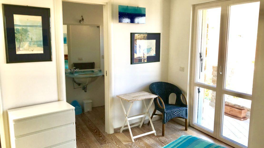 Particolare della camera da letto con vista bagno nel Trilocale Giulia in affitto a Giglio Porto