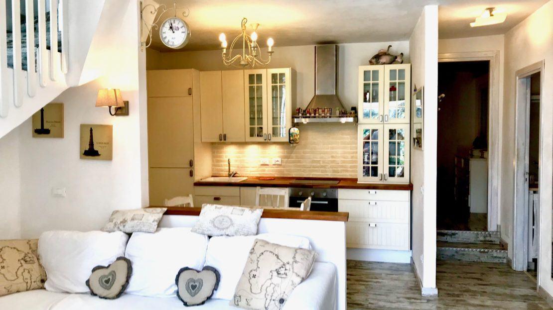 Foto dell'area cucina e sala all'interno di un appartamento indipendente a Giglio Campese