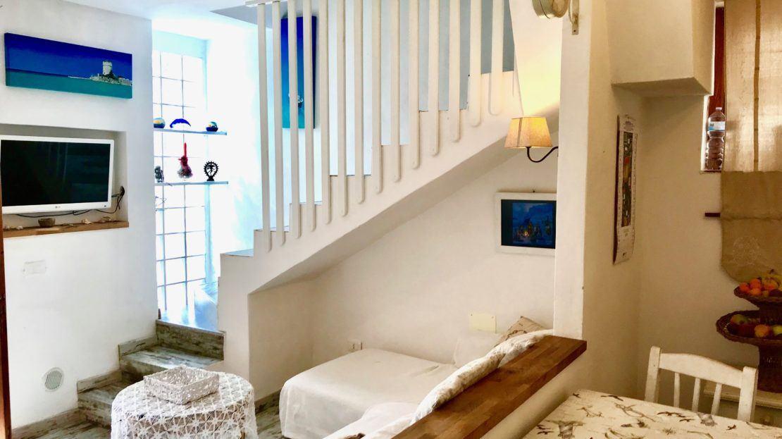 Sala con particolare su rampa di scale in appartamento indipendente in vendita a Giglio Campese, loc. Isolella