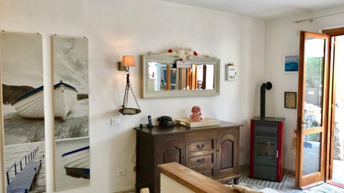 Parete arredata all'interno di un appartamento indipendente in vendita a Giglio Campese, loc. Isolella