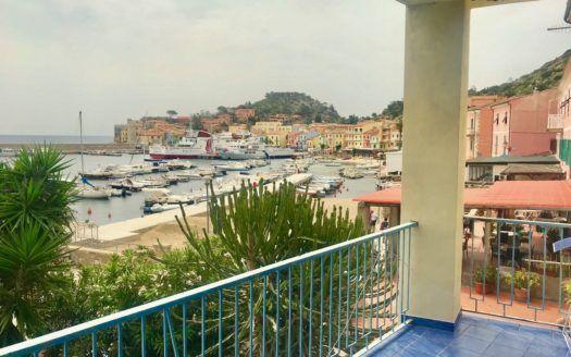Terrazzo con vista porto situato nel trilocale Gelsomina in affitto a Giglio Porto